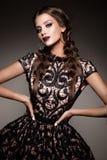 Piękno brunetki kobieta z perfect makeup Piękny Fachowy Wakacyjny makijaż zdjęcie stock