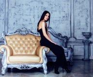 Piękno brunetki młoda kobieta w luksusu domu wnętrzu, czarodziejska sypialnia w popielatych kolorach, bogaty stylu życia pojęcie Obraz Stock