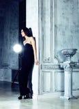 Piękno brunetki młoda kobieta w luksusu domu wnętrzu, czarodziejska sypialnia w stopniach popielaty Obraz Royalty Free