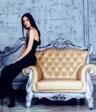 Piękno brunetki młoda kobieta w luksusu domu wnętrzu, czarodziejska sypialnia w stopniach popielaty Fotografia Stock