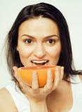 Piękno brunetki młoda kobieta z grapefruitowy odosobnionym na białym tle, szczęśliwy uśmiechnięty zdrowy karmowy pojęcie, styl ży Fotografia Stock
