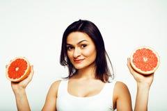 Piękno brunetki młoda kobieta z grapefruitowy odosobnionym na białym tle, szczęśliwy uśmiechnięty zdrowy karmowy pojęcie, styl ży Obrazy Royalty Free