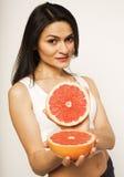 Piękno brunetki młoda kobieta z grapefruitowy odosobnionym na białym tle, szczęśliwy uśmiechnięty zdrowy karmowy pojęcie, styl ży Zdjęcie Royalty Free