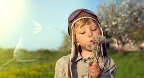 Piękno chłopiec z dandelion Zdjęcia Royalty Free