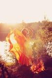 Piękno czarownica w drewnach blisko ogienia Magiczna kobiety odświętność obrazy stock