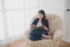 Piękno damy atrakcyjny obsiadanie na żywej kanapie Zdjęcie Royalty Free