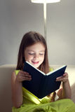 Piękno dziewczyna czytająca książka na kanapie Obraz Royalty Free