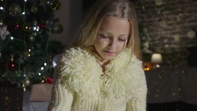 Piękno dziewczyna otwiera Bożenarodzeniowego prezenta pudełko z cudów światłami Zdziwiona kobieta dostaje magicznego prezent zdjęcie wideo