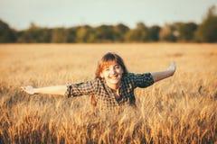 Piękno dziewczyna Outdoors cieszy się naturę Zdjęcie Royalty Free