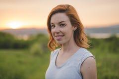 Piękno dziewczyna Outdoors cieszy się naturę Pięknej jesieni czerwona włosiana kobieta Fotografia Royalty Free
