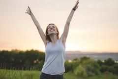 Piękno dziewczyna Outdoors cieszy się naturę Pięknej jesieni czerwona włosiana kobieta Zdjęcia Royalty Free