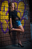 Piękno dziewczyna pozuje modę blisko czerwonego ściana z cegieł na ulicie Zdjęcie Royalty Free