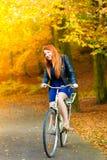 Piękno dziewczyna relaksuje w jesień parku z bicyklem, plenerowym Obraz Stock