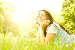 Piękno dziewczyna relaksuje w naturze Obrazy Stock