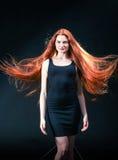 Piękno dziewczyny imbirowy portret Zdrowy Długi Czerwony Włosy Piękny yo fotografia stock