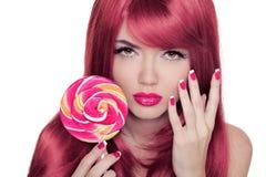 Piękno dziewczyny portreta mienia lizak z Kolorowym Makeup, Colo obraz royalty free
