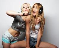 Piękno dziewczyny z mikrofonu tanem i śpiewem Zdjęcie Stock