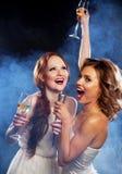 Piękno dziewczyny z mikrofonu tanem i śpiewem Obrazy Royalty Free