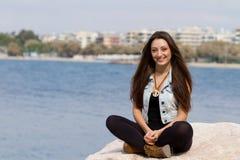 Piękno grecka dziewczyna pozuje przy morzem Zdjęcia Royalty Free