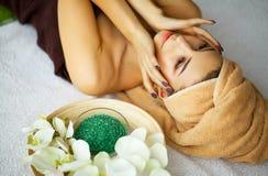 Piękno i opieka Młoda Kobieta Relaksuje w zdroju salonie Skóry opieki Face fotografia stock