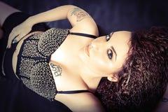 Piękno i seksownych potomstw wzorcowa dziewczyna Stylowa fryzura, falisty włosy Obrazy Royalty Free