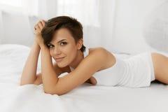 Piękno i zdrowie Piękna kobieta Ma zabawę, Relaksuje Indoors Obraz Royalty Free