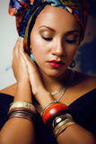 Piękno jaskrawa afrykańska kobieta z kreatywnie uzupełniał zdjęcie stock
