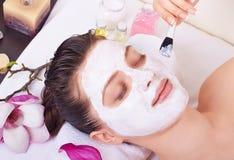 Dostawać twarzową maskę Fotografia Stock