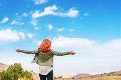 Piękno kobieta outdoors cieszy się naturę fotografia stock