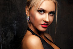 Piękno kobieta patrzeje kamerę z profesjonalistą uzupełniał w stadninie Obraz Stock