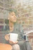 Piękno kobieta w kawiarni Zdjęcia Royalty Free