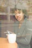 Piękno kobieta w kawiarni Obrazy Royalty Free