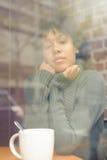 Piękno kobieta w kawiarni Obraz Stock