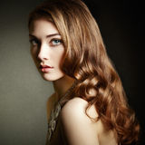 Piękno kobieta z długim kędzierzawym włosy Piękna dziewczyna z eleganckim h fotografia stock