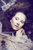 Piękno kobieta z kreatywnie uzupełniał jak kokon Obraz Royalty Free