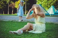Piękno kobieta z niegrzecznym dzieckiem Piękna szczęśliwa młoda kobieta ma zabawę od niepodporządkowania dziecko wychodzi otuchy  obrazy stock