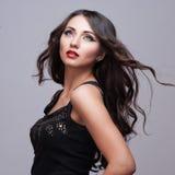 Piękno kobieta z Perfect Makeup Piękny Fachowy Wakacyjny makijaż Purpurowe wargi i gwoździe Piękno dziewczyny twarz odizolowywają Obrazy Royalty Free