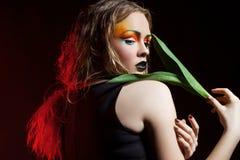 Piękno kobieta z wiązka kwiatami Fachowy hairsty i Makeup Fotografia Royalty Free