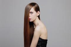 Piękno kobieta z Zdrowym Brown włosy zdjęcia royalty free