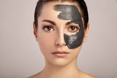 Piękno kobiety dostaje twarzową maskę Obrazy Royalty Free
