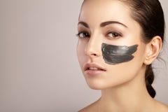 Piękno kobiety dostaje twarzową maskę Zdjęcie Royalty Free
