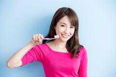 Piękno kobiety muśnięcie jej zęby Obrazy Stock