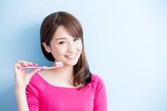 Piękno kobiety muśnięcie jej zęby Obraz Stock