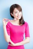 Piękno kobiety muśnięcie jej zęby Zdjęcie Stock