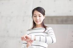 Piękno kobiety spojrzenia zegarek zdjęcie stock
