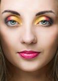 Piękno kobiety twarz z jaskrawym makijażem obraz stock