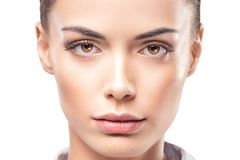 Piękno kobiety twarzy portret Wzorcowa dziewczyna pozuje w studiu w koszula Kobieta, czyści Zdjęcia Stock