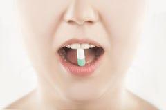 Piękno kobiety usta z medycyny pigułką - (serie) Obrazy Royalty Free