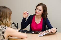 Piękno konsultant nagabuje nowego gwoździa połysk zdjęcia royalty free