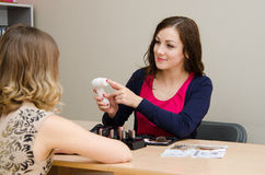 Piękno konsultant reklamuje nowe narzędzie masować skórę Fotografia Stock